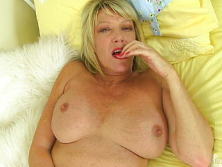 Gorgeous Sexy Mature Mom Wants Your Cock