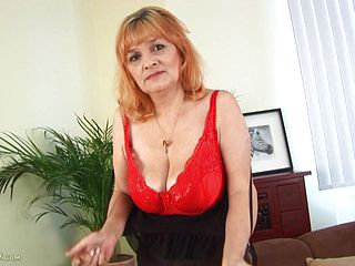 Elderly Slut With Thick Breasts Frigs Her Snatch
