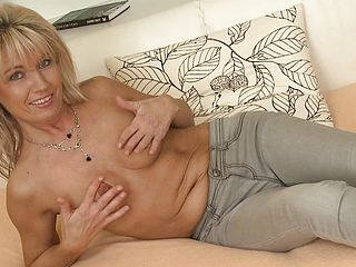 A Mature Tart Frigs Her Pussy