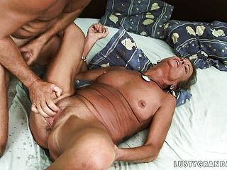 Pussy-hungry Fellow Likes Going Down On This Unshod Mature Cutie